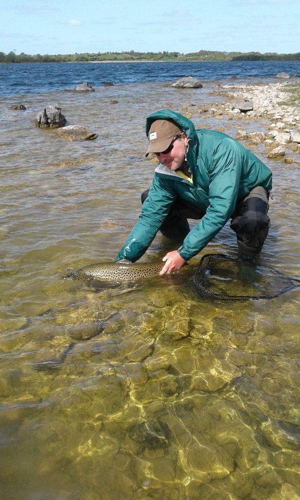 Und da schwimmt sie davon – Bob Clark released die Forelle seines Lebens. #cprsavesfish