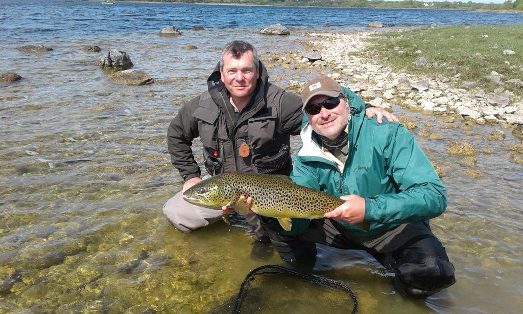 Bob Clark & Jonathan Lee mit einer großartigen 9lbs 3oz Forelle kurz vor dem Zurücksetzen. #cprsavesfish
