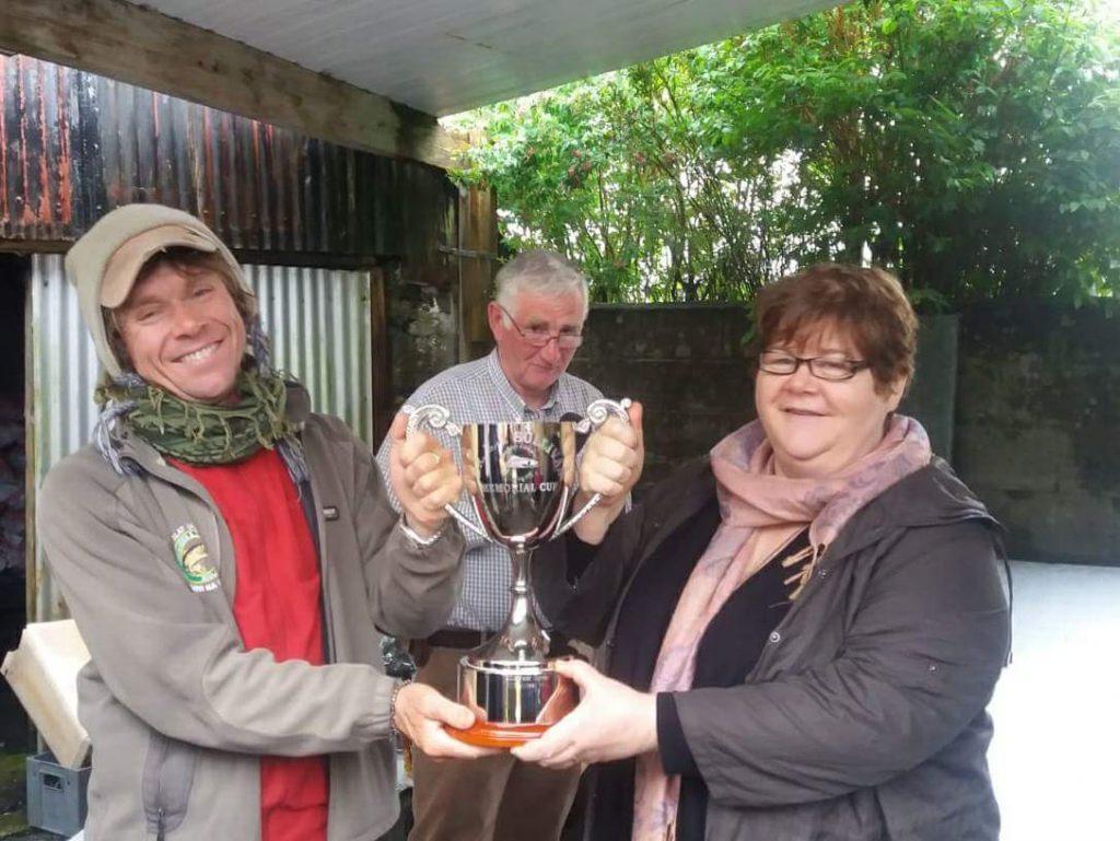 Tom Doc Sullivan erhält den Doc Sullivan Cup vom Clubvorsitzenden Martin Kinneavy und seiner Schwester Elizabeth