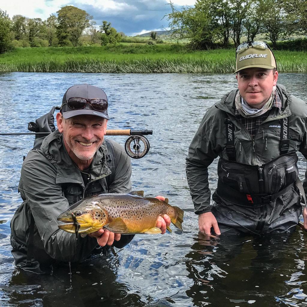 Leif Stävmo und Kevin Shone (Guide) mit einer wunderschönen Suir Forelle