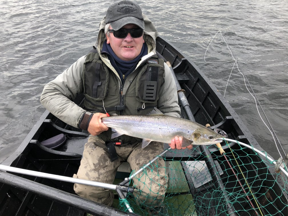 Richter David Burton und der erste C&R Lachs aus Currane in 2019- unser Catch of the Week