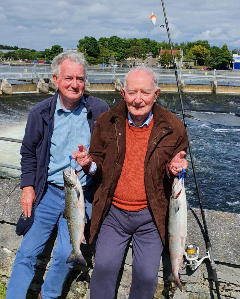 Hundertjähriger Ned mit Sohn Eamon und seinem Fang von zwei Atlantiklachsen.