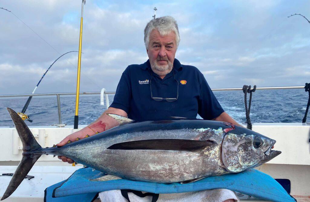 Pat Mostyns riesiges Exemplar eines Weißen Thunfischs.